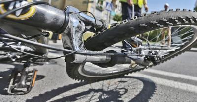 Potrącił rowerzystkę i uciekł. Sprawa trwa
