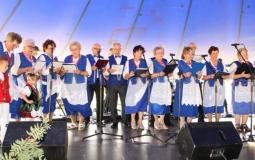 Seniorzy na biesiadzie w Dobrzycy
